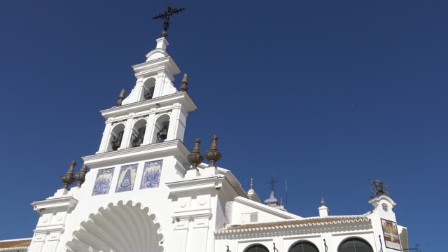 4k eremitaget el rocío. kyrkan är hem till jungfru i almonte - pilgrimsfärd bildbanksvideor och videomaterial från bakom kulisserna