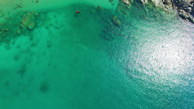 vídeos de stock, filmes e b-roll de a praia do paraíso escondido em phuket - phuket