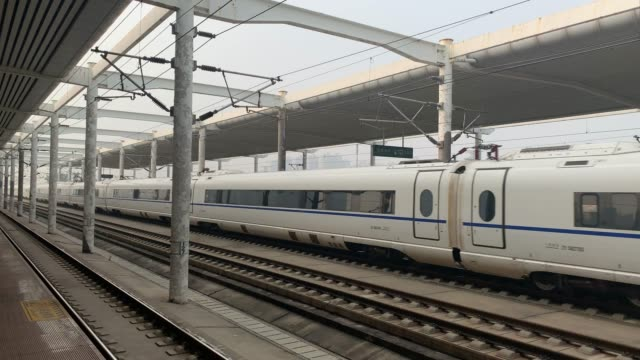 The high-speed rail quickly passed through the platform and made a huge noise