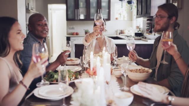 der urlaub der gastfreundschaft - champagner toasts stock-videos und b-roll-filmmaterial