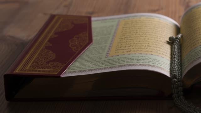 stockvideo's en b-roll-footage met de heilige koran van het boek en de rozenkrans - koran