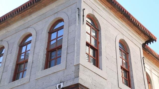 huset, som kallas raşit ağa mansion, ligger i cumhuriyet distriktet melikgazi distriktet i kayseri provinsen. denna plats används som ataturk hus museum i dag i kayseri. kayseri/turk - stenhus bildbanksvideor och videomaterial från bakom kulisserna
