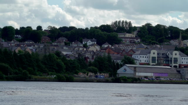 the houses on the riverside in londonderry - графство дерри стоковые видео и кадры b-roll