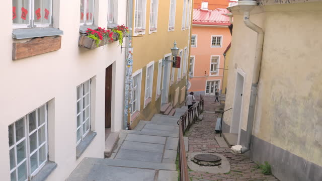 The houses on the side of the Luhike jalg stairs in Estonia Tallinn.Estonia-July 1.2020: The houses on the side of the Luhike jalg stairs in Estonia found in Toompea hill in Tallinn Old Town estonia stock videos & royalty-free footage