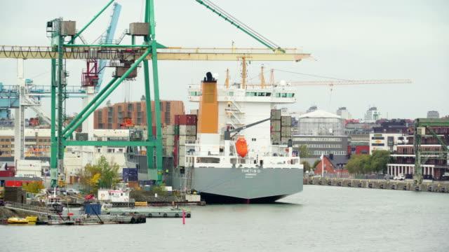 スウェーデン ストックホルムの油倉庫の巨大な貨物船します。 ビデオ