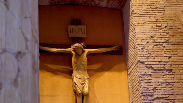 vídeos de stock e filmes b-roll de the huge crucifix on the wall in pantheon church in rome italy - crucifixo