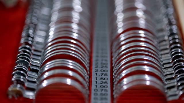 vidéos et rushes de l'image d'un ensemble d'optométrie. lens prêt pour la sélection des points - réfracteur
