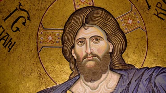 シチリア島パレルモの大聖堂のステンド グラスの壁にキリストのイメージ - モンレアーレ点の映像素材/bロール