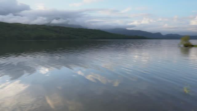 niesamowicie relaksująca woda coniston w pojezierzu angielskim to prawdziwie magiczne miejsce - horyzont wodny filmów i materiałów b-roll