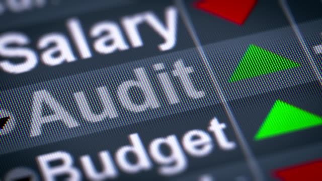 the index of audit on the screen. - ispettore della qualità video stock e b–roll