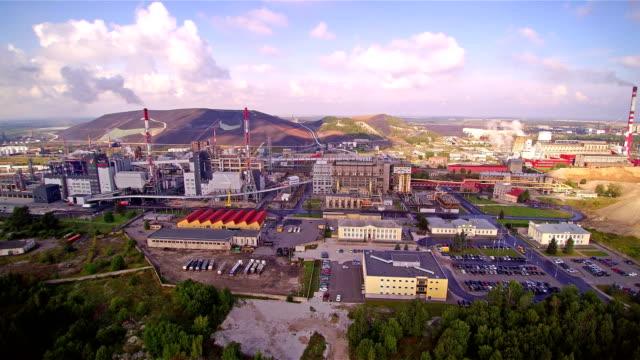 kivioli endüstriyel şehir fabrika ile - estonya stok videoları ve detay görüntü çekimi