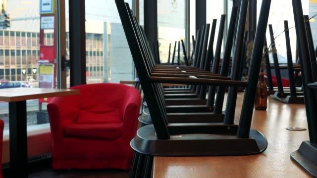 интерьер закрытого кафе, автомобили ездят за окнами в фоновом режиме - крупным планом - space background стоковые видео и кадры b-roll