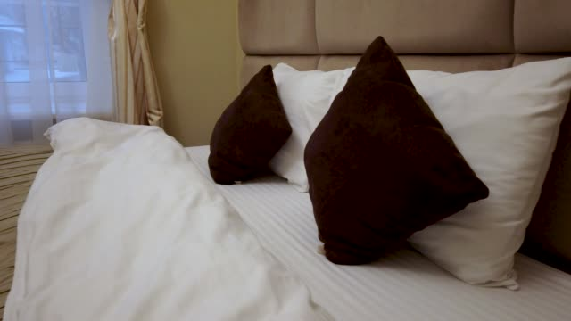 The interior of a hotel room. Large double bed - vídeo