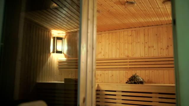 das innere des eine holzsauna - sauna und nassmassage stock-videos und b-roll-filmmaterial