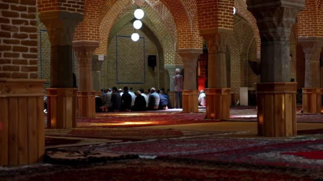 vídeos y material grabado en eventos de stock de el interior de la mezquita de jameh de tabriz o tabriz mezquita central ubicado en el barrio del bazar de tabriz - islam