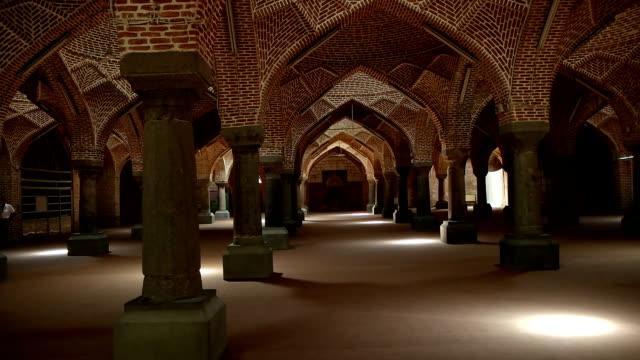 タブリーズやタブリーズのバザールの郊外に位置するセントラル モスク タブリーズのエスファハーン モスクの内部 - モスク点の映像素材/bロール