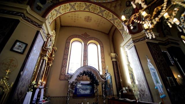 vídeos de stock, filmes e b-roll de o interior da igreja velha. cenário na igreja - castelo
