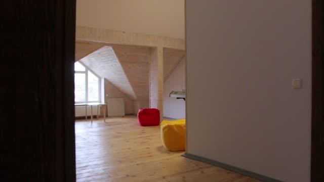 der innenraum mit piano - dachboden stock-videos und b-roll-filmmaterial