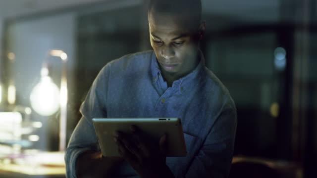 stockvideo's en b-roll-footage met het internet helpt hem verslaan zijn deadlines - een tablet gebruiken
