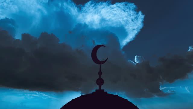 символ ислама на фоне синего облачного потока. промежуток времени - полумесяц форма предмета стоковые видео и кадры b-roll