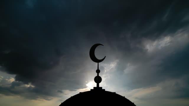 символ ислама на фоне дождливых облаков. промежуток времени - полумесяц форма предмета стоковые видео и кадры b-roll