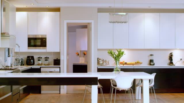 良い生活を鼓舞するキッチンの種類 - テーブル 無人のビデオ点の映像素材/bロール