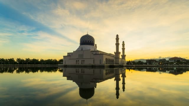 the kota kinabalu city mosque with glorious sunrise color and dramatic cloud. time lapse footage - malese video stock e b–roll