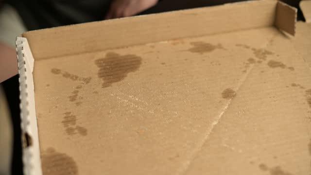 stockvideo's en b-roll-footage met het laatste stukje pizza komt uit de doos - dikke pizza close up