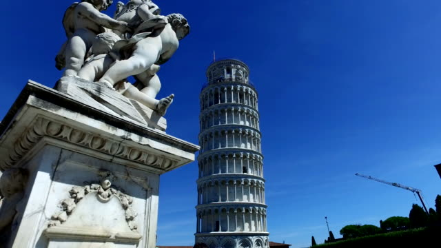 pisa kulesi, heykeli önünde ile - pisa kulesi stok videoları ve detay görüntü çekimi