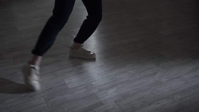 stockvideo's en b-roll-footage met de benen tonen de basisbewegingen van hiphop, hedendaagse dans en jazz modern. masterclass in de dansstudio op de vloer - dansstudio