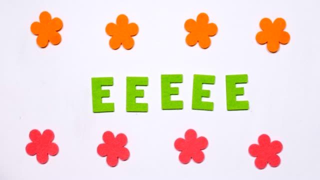 bokstaven e flyger från sida till sida. engelskt alfabet. - e post bildbanksvideor och videomaterial från bakom kulisserna