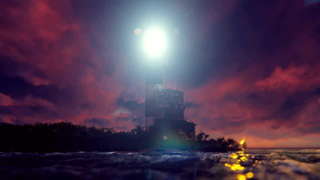 das licht des leuchtturms dreht sich bei sonnenuntergang über der küste. realistische filmische looped-animation. - leuchtturm stock-videos und b-roll-filmmaterial