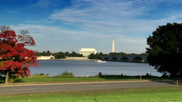 das lincoln memorial und das washington monument - größere sehenswürdigkeit stock-videos und b-roll-filmmaterial