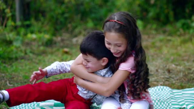 小さな男の子は、彼の姉によっておこっていた。 - 兄弟点の映像素材/bロール