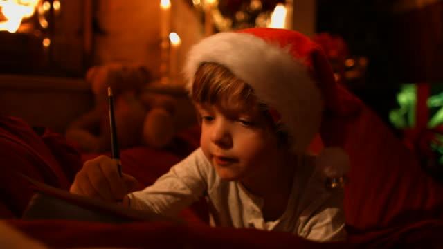 少年は、手紙の執筆をサンタ - 男の子点の映像素材/bロール