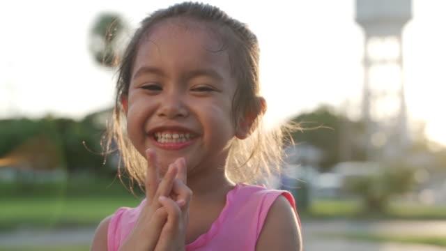 den lilla flickan skrattar glatt. - endast flickor bildbanksvideor och videomaterial från bakom kulisserna