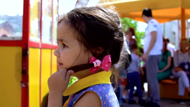 vídeos de stock e filmes b-roll de the little girl lost her mother. - criança perdida