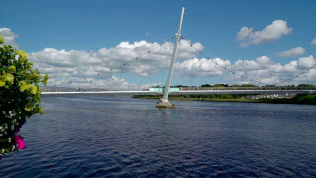 the long peace bridge in londonderry - графство дерри стоковые видео и кадры b-roll