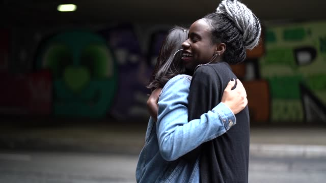 the love of best friends - girlfriends embracing - chiedere scusa video stock e b–roll
