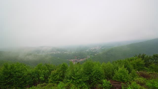 nubi basse e pioggia sui monti pocono sulla città di jim thorpe, pennsylvania, contea di carbon. video accelerato timelapse. - monti appalachi video stock e b–roll