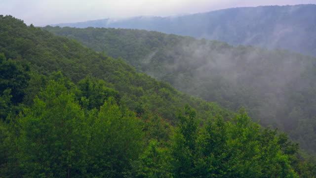 le nuvole basse si spostano sulla lehigh valley a poconos, appalachi, pennsylvania, contea di carbon. video mobile accelerato in stile timelapse. - monti appalachi video stock e b–roll