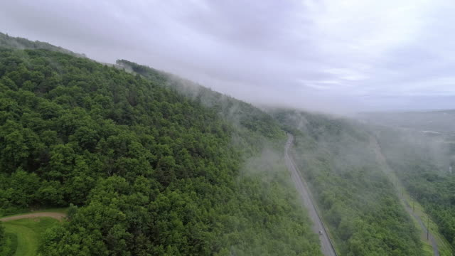 the low clouds over mountains in poconos, appalachian, pennsylvania, carbon county, usa. - горы поконо стоковые видео и кадры b-roll