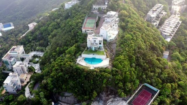 vídeos de stock e filmes b-roll de the luxury house at the peak of hong kong - mansão imponente