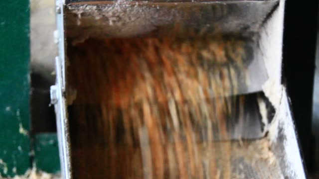 die maschine ist mais mahlen. - grind stock-videos und b-roll-filmmaterial