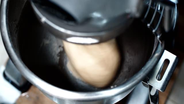 vidéos et rushes de la machine pétrit la pâte à la maison, 4k - batteur électrique