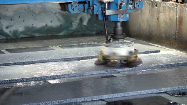 stockvideo's en b-roll-footage met de machine polijst de steen met water, steenplaten - marmer