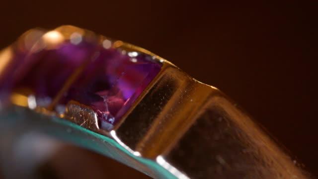 stockvideo's en b-roll-footage met de macro shot van de paarse edelsteen op de ring - halsketting
