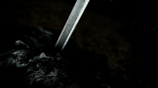 森林中岩石內的魔法excalibur劍 - sword 個影片檔及 b 捲影像