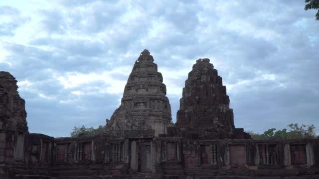 vídeos de stock, filmes e b-roll de o castelo de pedra principal é mais alto do que outras torres do castelo. - phimai