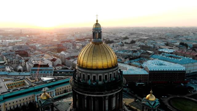 den majestätiska gyllene kupolen i st isaacs katedral i st petersburg i gryningen på sommaren. flygfoto över den historiska stadskärna - isakskatedralen bildbanksvideor och videomaterial från bakom kulisserna